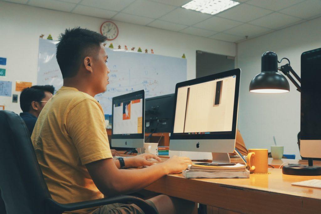 応募が集まる採用サイト制作のためにプログラムを組んでSEO対策をしています